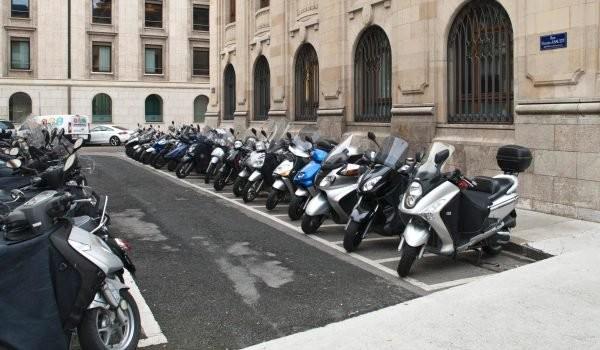 Parking: l'Etat rêve de faire payer scooters et motos