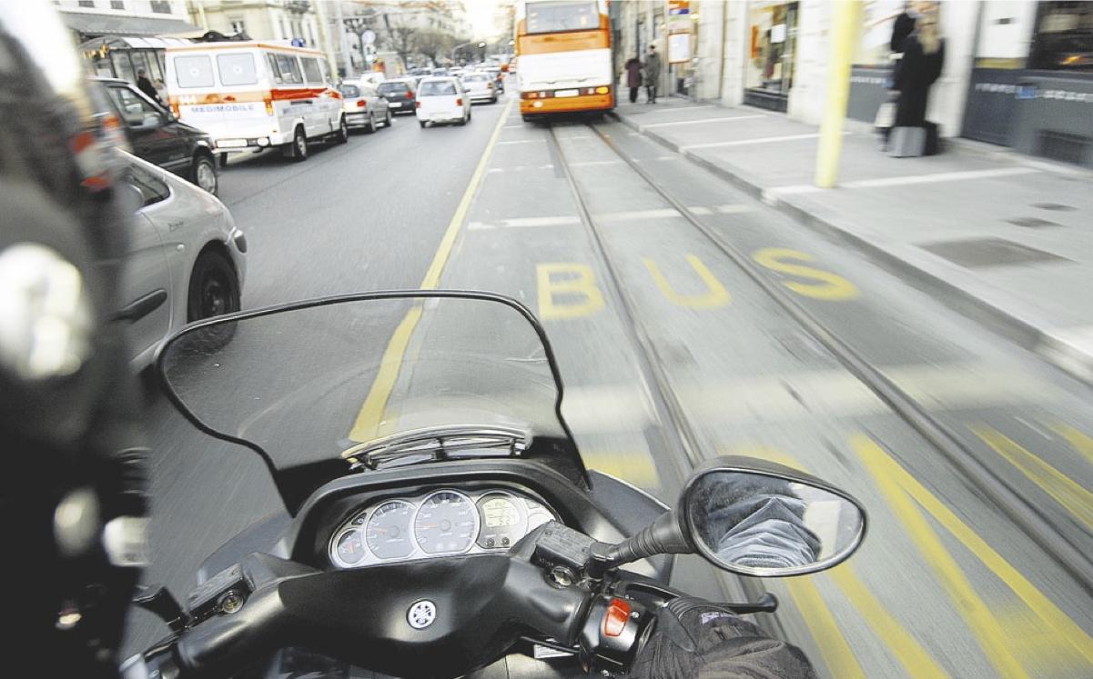 Adeptes des deux-roues à l'assaut des voies de bus